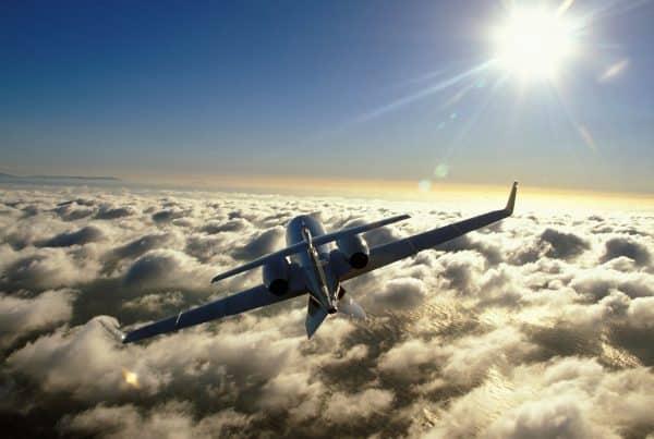 privé jet boven de wolken.